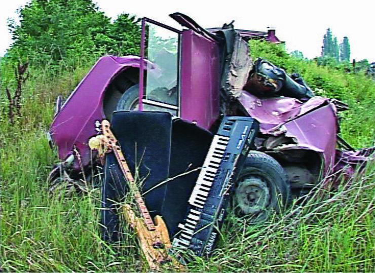 455411_krusevac01-lada-niva-u-kojoj-su-bila-cetvorica-muzicara-nakon-sudara