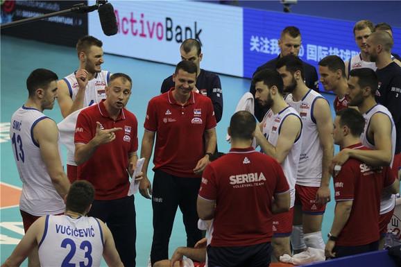 Nikola Grbić i odbojkaška reprezentacija Srbije tokom predaha na meču sa Kinom
