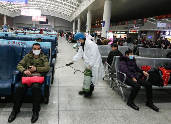 Ljudi na stanici u Nančangu