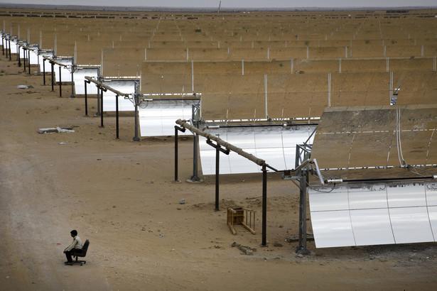 Pracownik ochrony pilnuje elektrowni termo-solarnej Godawari w pobliżu miejscowości Nokh w Indiach. Należąca do koncernu Godawari Power & Ispat i działająca od czerwca tego roku elektrownia jest największym tego typu kompleksem w Azji. Indie coraz mocniej inwestują w energię odnawialną, ponieważ ceny energii słonecznej są tu niemal o połowę niższe od globalnej średniej. Fot. Kuni Takahashi, Bloomberg's Best Photos 2013.