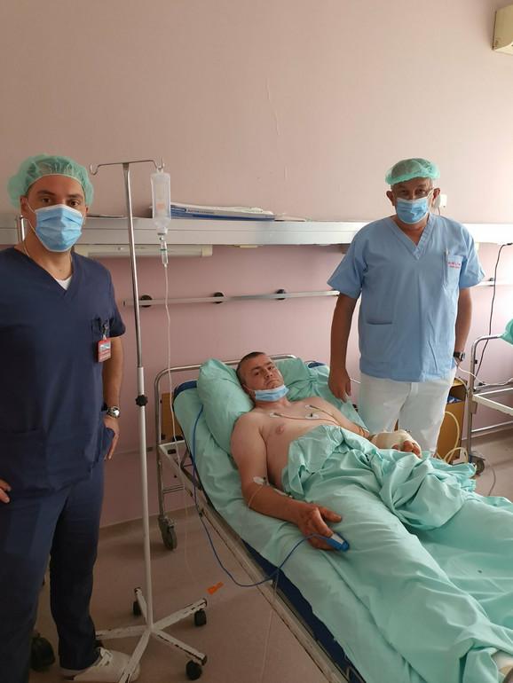 Lekari spasioci sa pacijentom iz Jagodine koji je u bolnicu stigao sa skoro odsečenom rukom