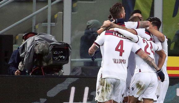 Slavlje fudbalera Bolonje posle gola Santandera