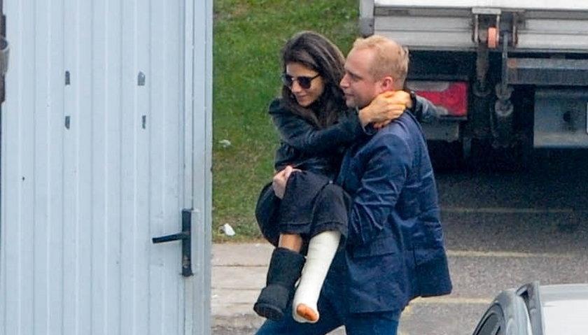 Piotr Adamczyk nosi Weronikę Rosati na rekach