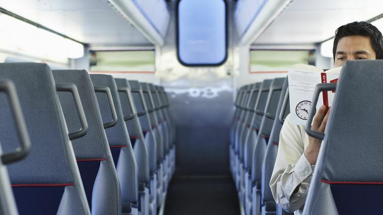 Mężczyzna z książką w pociągu