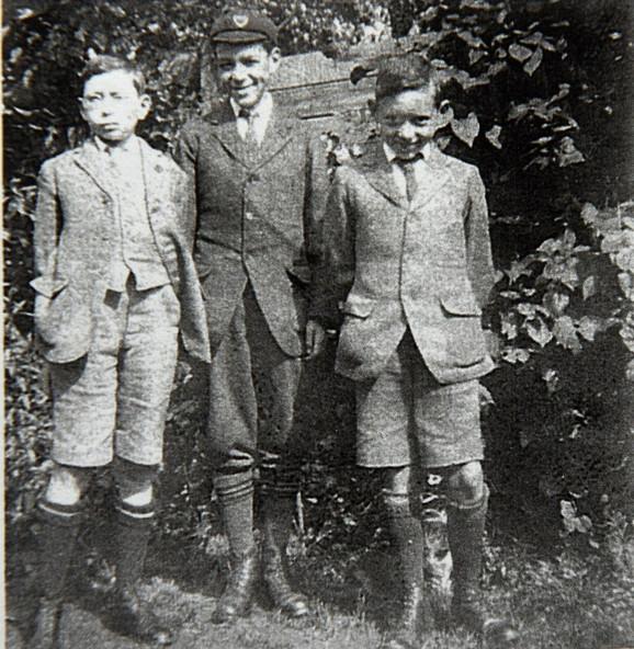 Bob (levo) kao dečak sa braćom Džonom i Dejvidom