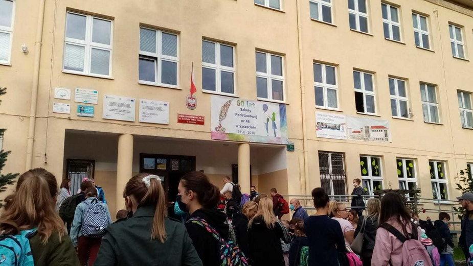 Kolejka przed szkołą w Szczecinie