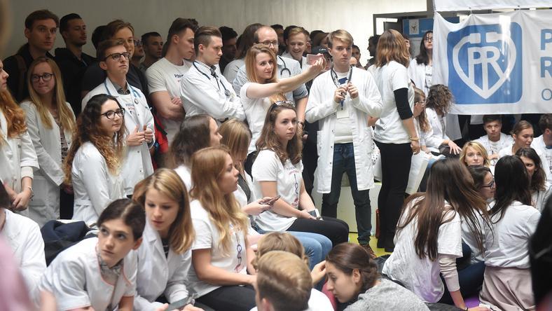 Lekarze rezydenci i przedstawiciele zawodów medycznych kontynuują protest głodowy