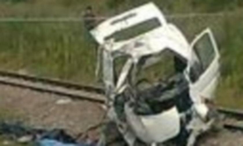 Masakra! Pociąg zabił 8 osób! Zmiażdżył busa pod Zgierzem