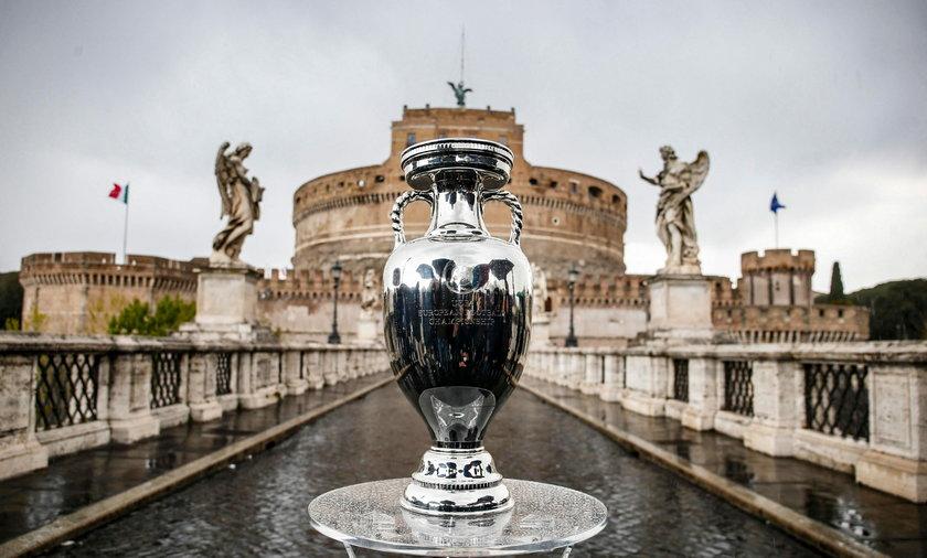 Na zdjęciu Puchar UEFA Euro 2020 wystawiony w Rzymie, gdzie w piątek 11.06 rozegrany zostanie pierwszy mecz Euro 2020 Włochy - Turcja