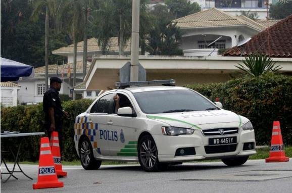 Malezijska policija je saopštila da je devojčica upitala ljude da joj pomognu da odluči da li će se ubiti
