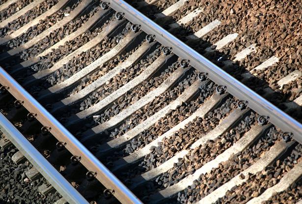 PKP Polskie Linie Kolejowe nie radzą sobie z modernizowaniem torów. W lutym mogą stracić część unijnych dotacji. Inwestycji zagrożonych odebraniem środków jest kilkanaście, m.in. linia z Warszawy do Radomia. Fot. Bloomberg