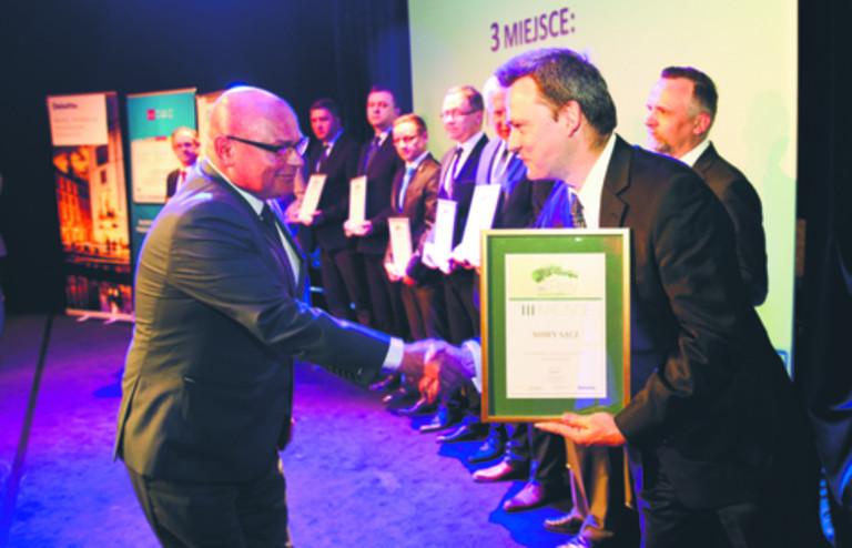 Prezydent Nowego Sącza Ryszard Nowak odbiera dyplom z rąk Krzysztofa Jedlaka, redaktora naczelnego DGP