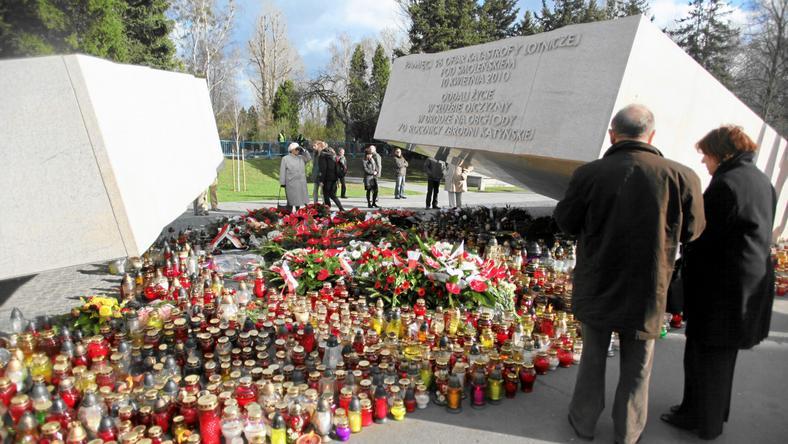 Pomnik ofiar katastrofy smoleńskiej na Powązkach w Warszawie