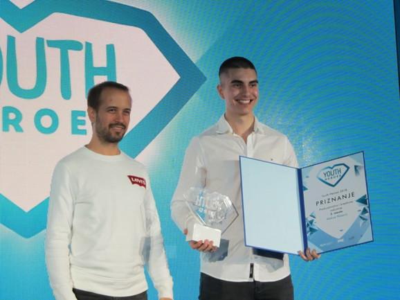 Aleksi je nagradu za preduzetništvo Youth heroes uručio Ivan Bildi