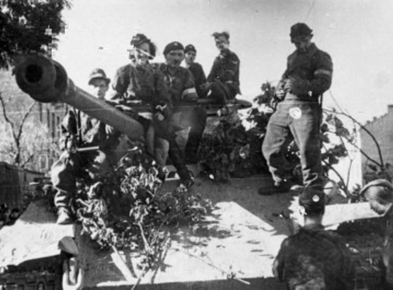 """Żołnierze plutonu pancernego """"Wacek"""" batalionu AK """"Zośka"""" na zdobytym niemieckim czołgu Pantera w okolicach ulicy Okopowej"""