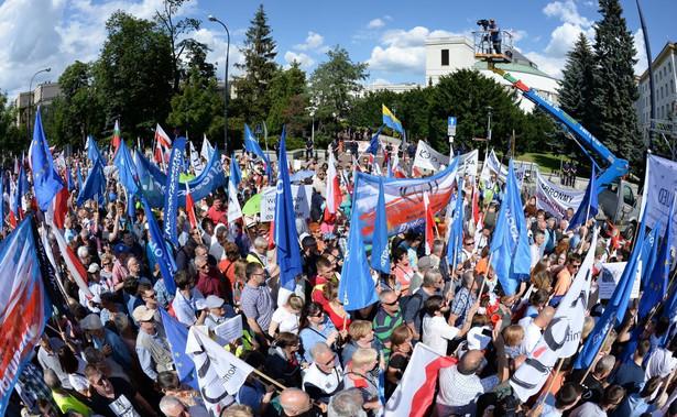 PDemonstrację zorganizowały partie i środowiska opozycyjne, m.in. PO, Nowoczesna, KOD, Obywatele RP, Partia Razem. Ponieważ Sejm był ogrodzony barierkami, demonstranci zgromadzili się wzdłuż ul. Wiejskiej i wokół pomnika AK. Przynieśli flagi biało-czerwone i unijne oraz liczne transparenty.