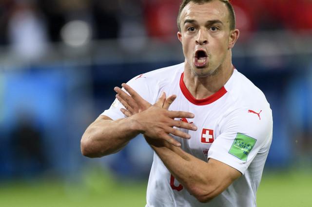 Đerdan Šaćiri proslavlja gol za 2:1 protiv Srbije