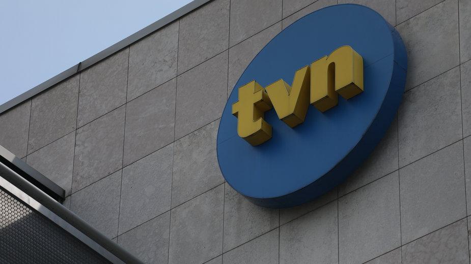 Logo TVN na budynku stacji w Warszawie