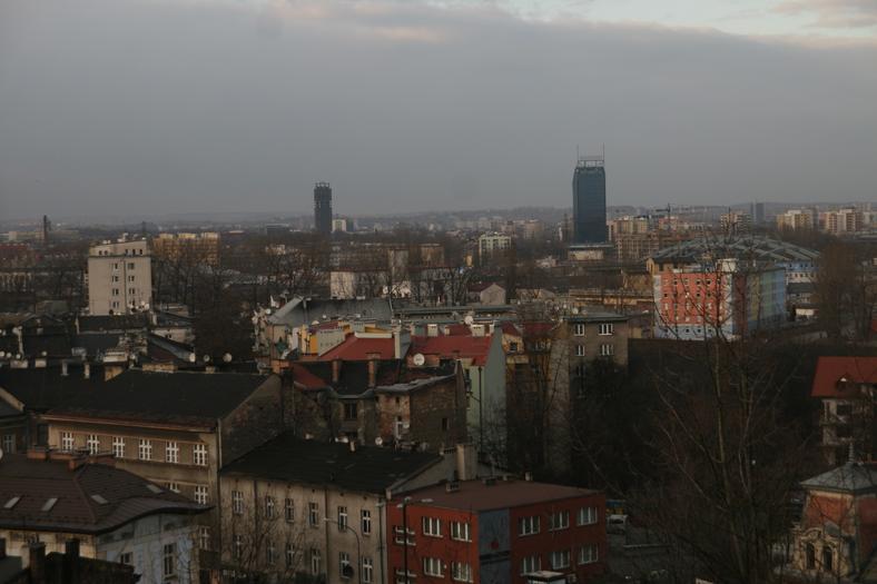 Szkieletor i Błękitek na tle panoramy Krakowa