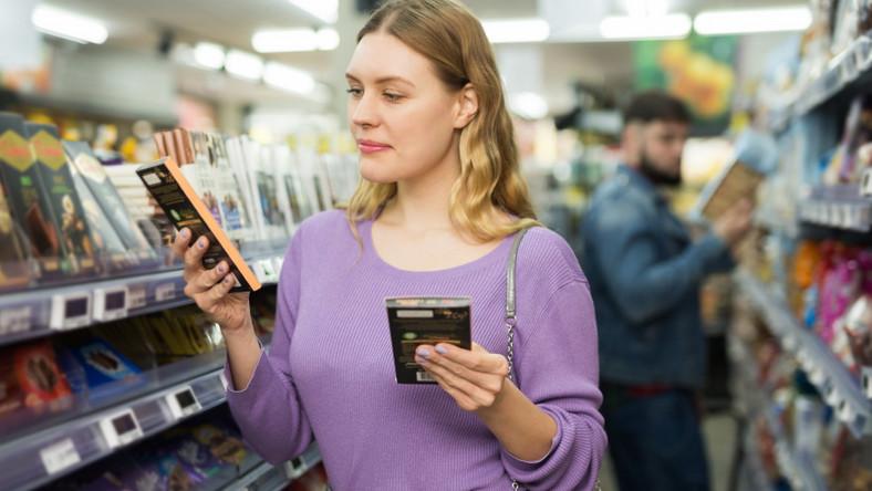 Kobieta kupuje słodycze