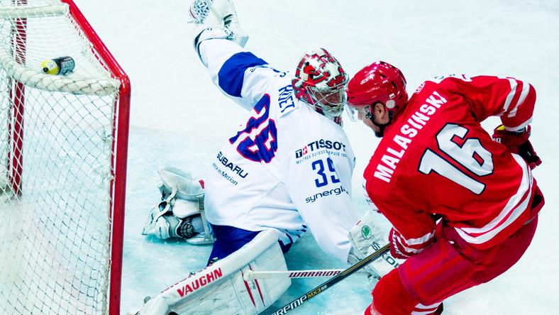 Francuski bramkarz Cristobal Huet (L) i gracz reprezentacji Polski Tomasz Malasiński (P) w meczu hokejowego turnieju EIHC w Katowicach