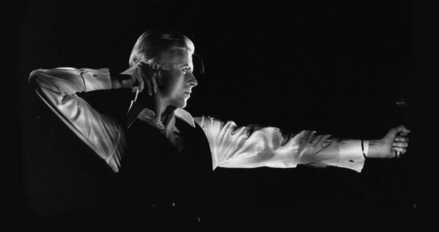 Bowie śpiewająco przeszedł wszystkie najważniejsze epoki muzyczne swoich czasów. Na każdy trend miał swoją odpowiedź. A może lepiej byłoby powiedzieć, że sam kreował trendy? Czy bez niego istniałby glamrock? Na zdjęciu: David Bowie