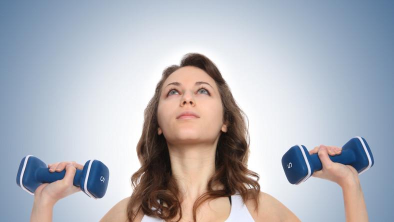 kobieta ćwiczenia fitness siłownia