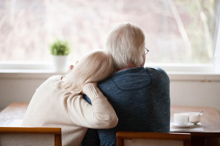 Stariji par penzioneri korona