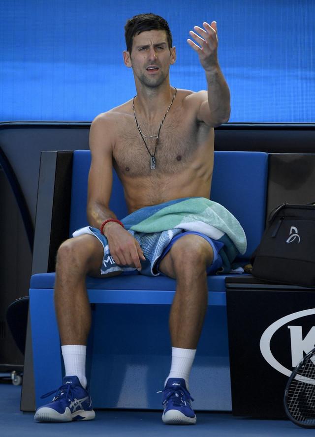 Novak Đoković tokom predaha u meču 3. kola Australijan opena