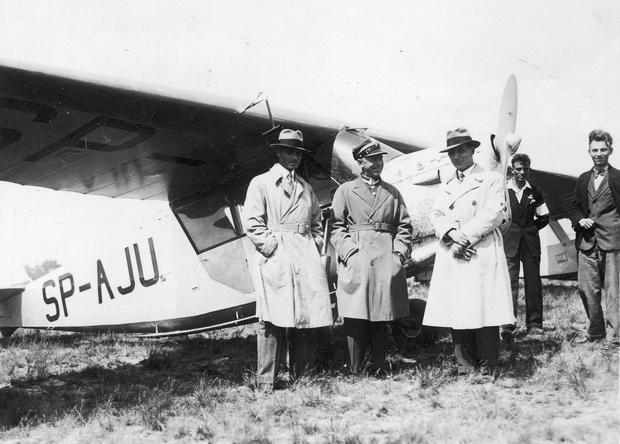 Stanisław Skarżyński (w środku) w towarzystwie inżyniera Stanisława Rogalskiego oraz Jerzego Wędrychowskiego przed samolotem RWD-5 bis o numerze rejestracyjnym SP-AJU
