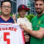DEGENEKA VOLE, A ZVEZDU OBOŽAVAJU Crveno-beli imaju navijače i na Tajvanu, a pogledajte kako su reagovali kada su videli šta fudbaler šampiona Srbije nosi u rukama /VIDEO/