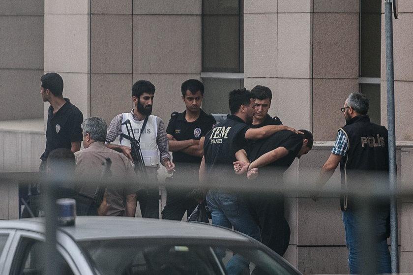 Erdogan zapowiedział, że oczyści państwo z wirusa i na trzy miesiące zawiesił prawa człowieka