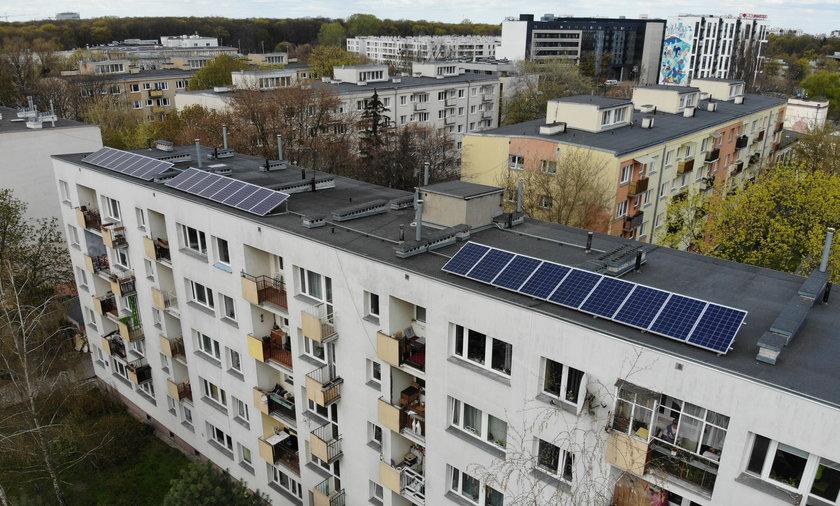 Panele fotowoltaiczne zainstalowane na budynku przy ul. Miłej 22 sprawiają, że rachunki za prąd są znacznie niższe