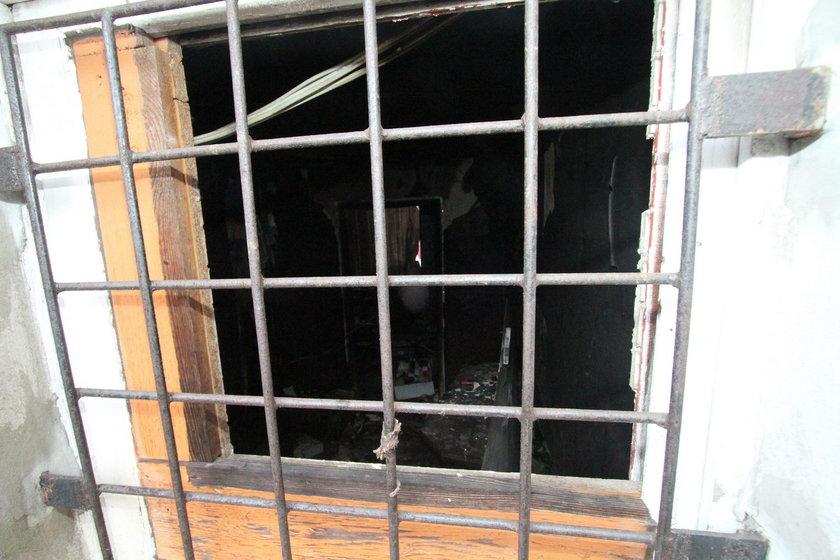 Okno w pokoju w którym przebywały dziewczyny