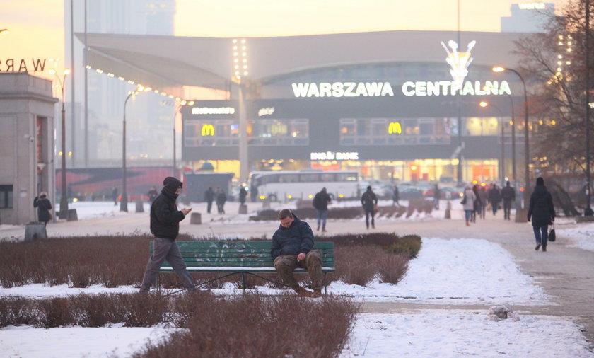 Reporter Faktu leży na ławce pod Dworcem Centralnym w Warszawie