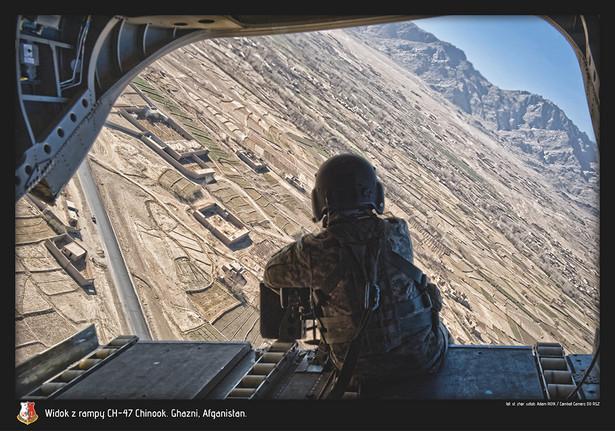 Widok z rampy CH-47 Chinook. Polska misja w Afganistanie. Fot. st. chor. szt Adam Roik. Combat Camera DO RSZ