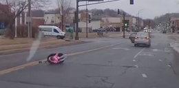 Przerażające nagranie! Dziecko wypadło z jadącego auta