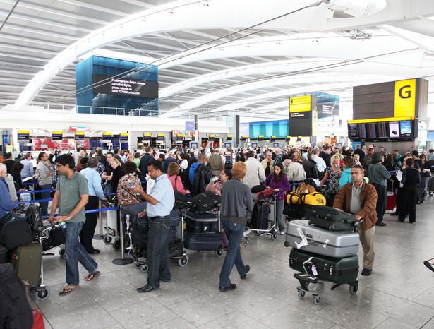 Pasażerowie tłoczą się na lotnisku w Londynie.