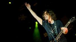 Chris Cornell śpiewa dla Johna Krasinskiego i Michaela Baya