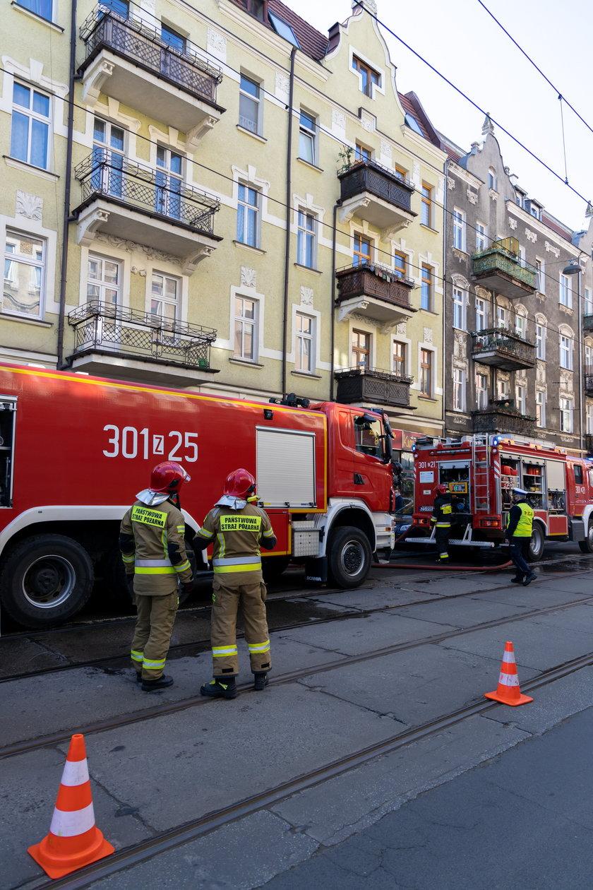 Dramatyczna akcja strażaków w centrum miasta. Helikopter lądował w parku