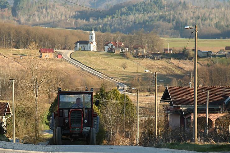 Traktor selo Branesci-01-foto-S-PASALIC