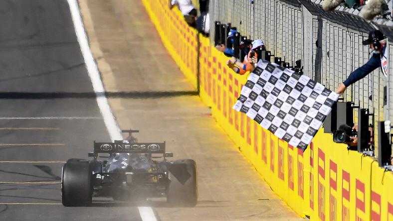 Lewis Hamilton na mecie
