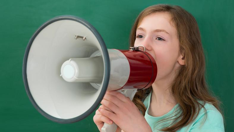 Dziewczynka mówi przez megafon