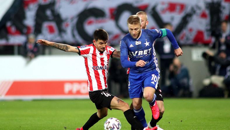 Zawodnik Cracovii Sergiu Hanca (L) i Jakub Błaszczykowski (P) z Wisły Kraków podczas meczu 25. kolejki piłkarskiej Ekstraklasy