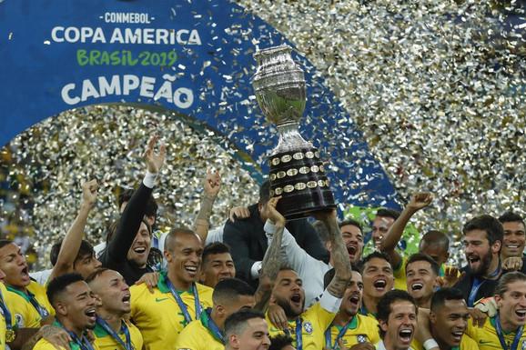 Fudbaleri Brazila sa trofejom Kopa Amerike