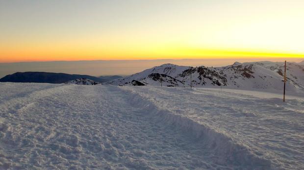 Majaczące na horyzoncie w świetle zachodzącego słońca wybrzeże Afryki