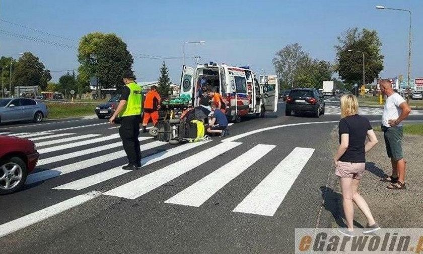 Groźny wypadek pod Garwolinem. Samochód potrącił kobietę na wózku