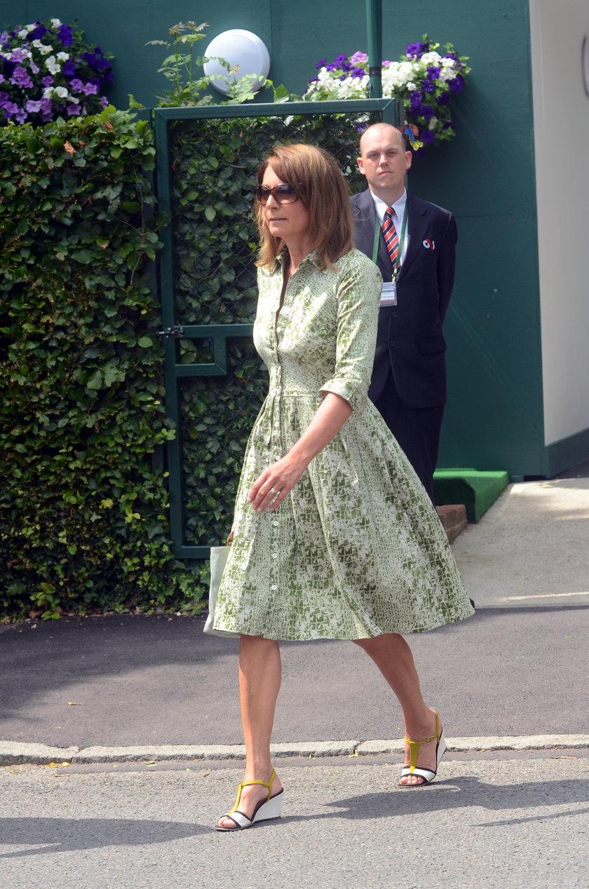 Mama księżnej Kate w rozkloszowanej sukience