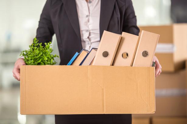 Przy zwolnieniach grupowych przepisy pozwalają na skrócenie trzymiesięcznego okresu wypowiedzenia umowy o pracę do jednego miesiąca.