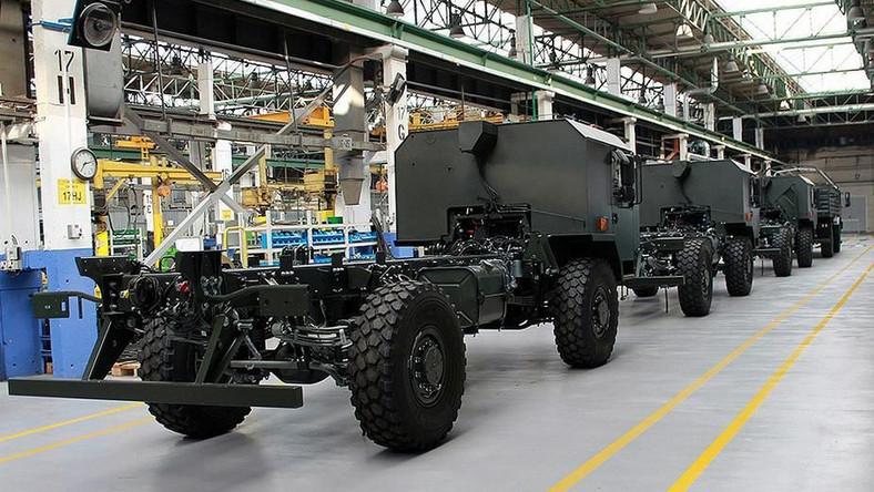 Jak poinformowało MON, umowa zostanie podpisana w Jelczu-Laskowicach w obecności ministra Antoniego Macierewicza. Przedmiotem kontraktu jest 500 ciężarówek średniej ładowności wysokiej mobilności Jelcz 442.32 wraz z pakietami logistycznym i szkoleniowym. Są one przeznaczone dla Wojsk Obrony Terytorialnej.